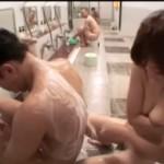 混浴スパの男湯で公開SEXするバカカップル!脱衣所で他の男性客とぶっかけ乱交w