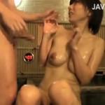 巨乳な素人人妻さんが混浴で見知らぬ男性客に無理矢理NTRwww
