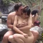 椎名まりな,井上みづき:母娘で露天温泉に入っていたら強制混浴で親子丼レイプな4P乱交
