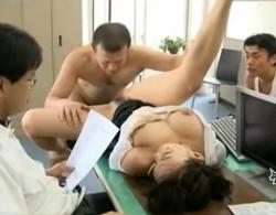 巨乳で巨尻なムチムチメガネOLが皆が仕事中なオフィスで中出し3P輪姦乱交!
