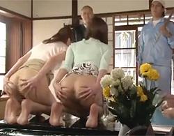 美人熟女二人がアナル調教な陵辱プレイですっかり変態にされて息子にアナル生花されちゃうw