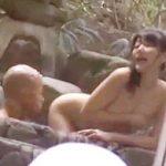 ナンパされた素人JDが混浴風呂で一般客いるのに強制公開セックスな青姦露出させられて羞恥イキしとるしw