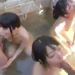 露天温泉で青姦露出な3x3の6P乱交で巨根をフェラからのパイパンマムコに生挿入しちゃう!