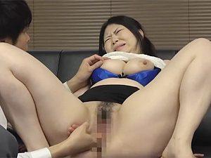 我が子の為に面接官に我が身を差し出す白豚爆乳熟女人妻が手マンされつつ乳首つねられてこの顔w