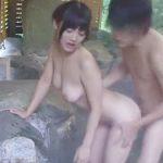 露天温泉で彼といちゃついてる巨乳彼女を自慢のビッグマグナム勃起見せアピールしてNTRでコレw