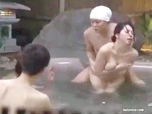 「よかったら揉みませんか?」混浴露天で公開セックスからの4P輪姦乱交で連続中出しされる巨乳人妻!