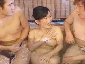 五十路熟女な巨乳美人おばさん北原夏美が混浴した若い男と3Pで潮噴きまみれな痴態晒すw
