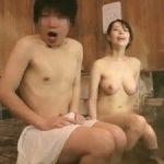 「姉ちゃん、頼むから前隠してくれ!」天真爛漫な巨乳姉と姉弟水入らず混浴で勃起バレからの中出しw