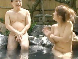 「あ、すいません。前隠したほうがいいですよね。」爆乳さんと混浴であわててチムポ隠そうとしたら…