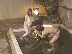 主婦友と大学生が温泉旅館で王様ゲーム!混浴でエッチショットの撮影から生ハメ浮気セックス~www