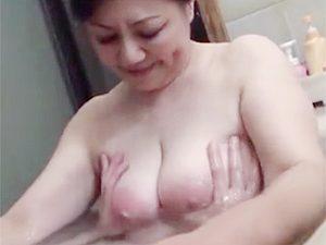 富岡亜澄:エクボが可愛いボンバーおばさんな還暦熟女が息子と自宅風呂混浴で乳揉まれて近親相関中出しまでw