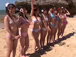 どワオ!美女ギャル選び放題なビーチで全裸露出大乱交パーティの中出しチケットをゲットw