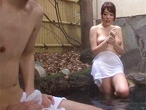 浜崎真緒:「やだ、あの子勃起してるんじゃ…」久しぶりに弟と風呂に入ったらタオルテントフル勃起でいつもの流れか?