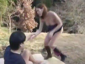 「いや、ちょっと…こんなところで!」見晴らしのいい高台で青姦騎乗位中出しセックスしちゃうって危ない!!