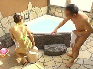 上司「オイ、後ろはそんなことになってるのか?」OL「そうなんですよ~」上司とOL混浴企画の水着が過激すぎた件w