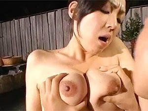 エロ爆乳がヤバイ痴女お姉さんと露天温泉で混浴青姦!顔射からの中出しで抜かずの2連発!