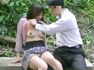 即削除の可能性あります!ガチ顔出しNGな熟女とおじさんの青姦盗撮個人撮影!