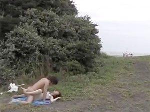 ビーチの木陰に設置された便所女子に代わる代わる輪姦でブチ込む青姦ファック!