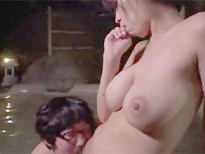 「そうそう、アッ!上手じゃないw」友達家族との混浴温泉旅行先でママ友の子供を誘惑筆おろしファックする巨乳人妻ママ!
