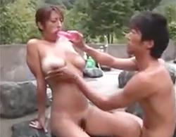 吹石れな:エロ日焼け巨乳熟女を混浴露天温泉に居合わせた男性客と青姦セックスさせちゃうよん