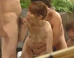 露天温泉の男湯で彼女とイチャついてハメ撮りしてたらギャラリー増えてきたんで輪姦乱交