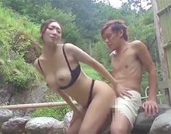 小早川玲子:黒下着装着のまま露天温泉に混浴してきた爆乳三十路熟女に青姦で精も根も吸い取られた件wwww