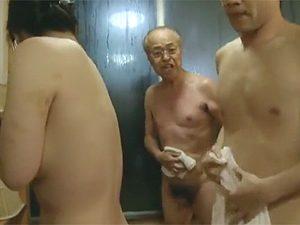 ヘンリー塚本:「バカモンが!はしたない!」混浴風呂で露出セックスしてるのを雷爺さんに見つかりお説教w