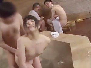 「ちょっと、もうやめて!バレてるから!」混浴風呂で一般客にバレずにセックスできるか企画!