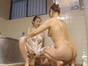 友田真希:豊満なおばさん二人が混浴レズ?混浴じゃない女湯ですねwぽっちゃり爆乳&肉感たっぷりな熟女ボディのレズプレイをご堪能くださいw
